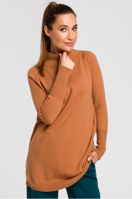 Dłuższy sweter z prążkowanym półgolfem - kamelowy