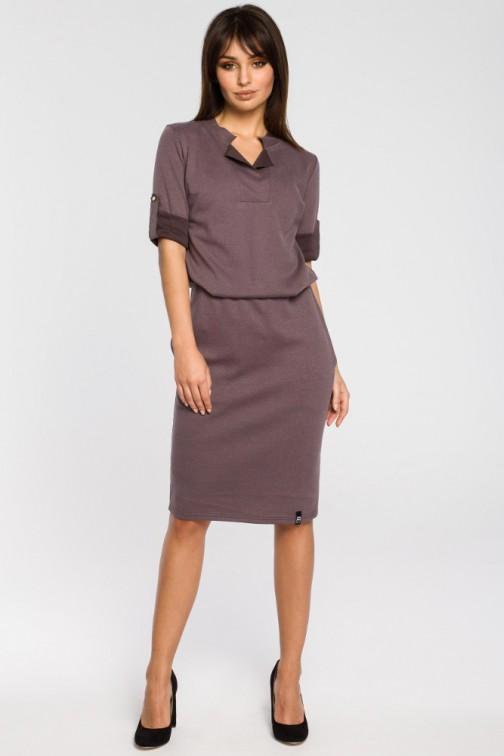 CM3439 Sukienka ze stójką i plisą w dekolcie - brązowa