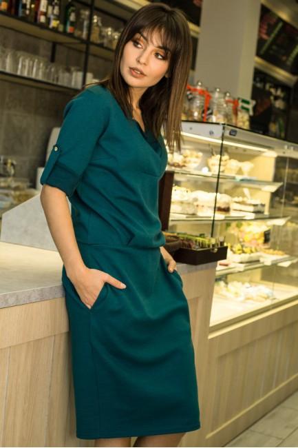 Sukienka ze stójką i plisą w dekolcie - zielona