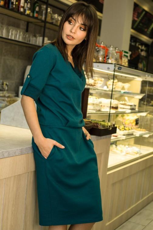 CM3439 Sukienka ze stójką i plisą w dekolcie - zielona