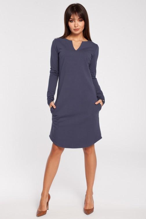 CM2869 Klasyczna sukienka z rozcięciem na dekolcie - niebieska