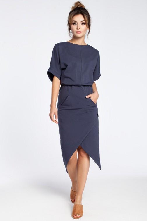 CM3026 Nowoczesna sukienka z zakładką - niebieska