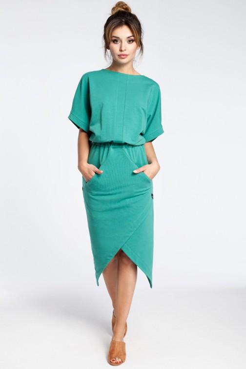 CM3026 Nowoczesna sukienka z zakładką - zielona