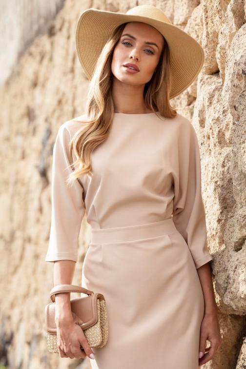 Odcinana sukienka w pasie z zakładkami - beżowa