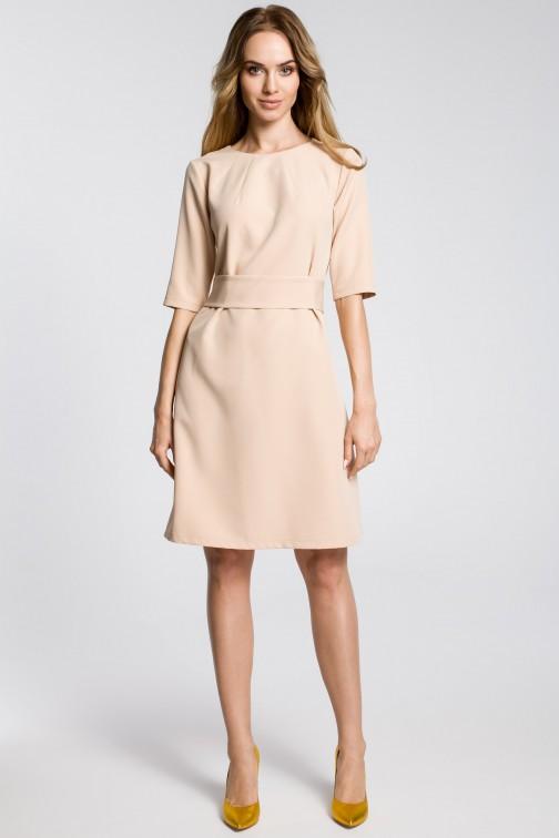 CM3590 Sukienka z zaszewkami przy szyi i paskiem - beżowa