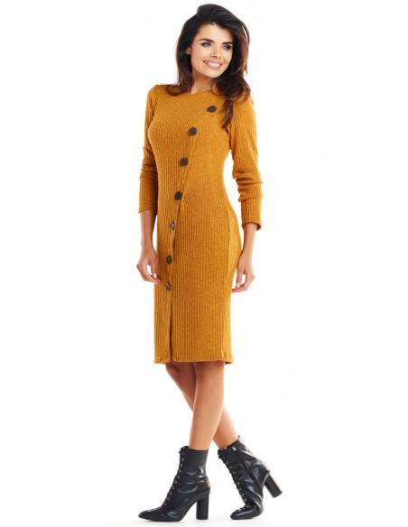 Ciepła dopasowana sukienka - kamelowa