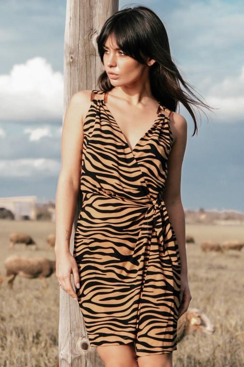 Sukienka długości mini z wiązaniem na boku - karmelowa