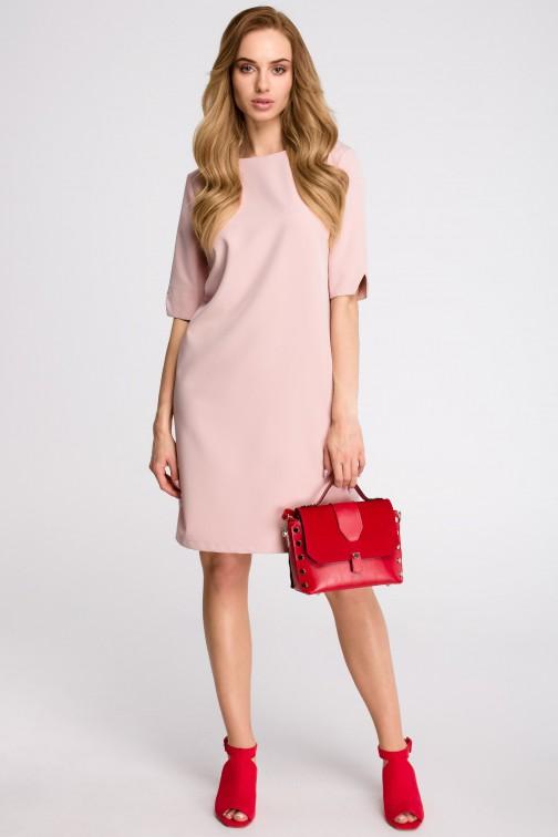 CM3629 Sukienka pudełkowa z dekoltem w serek z tyłu - pudrowa