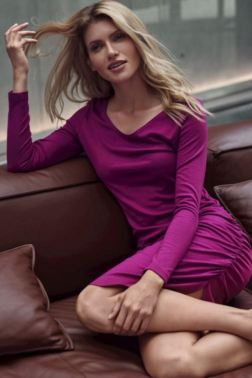 CM5505 Dopasowana sukienka mini z półokrągłym dekoltem - fuksja