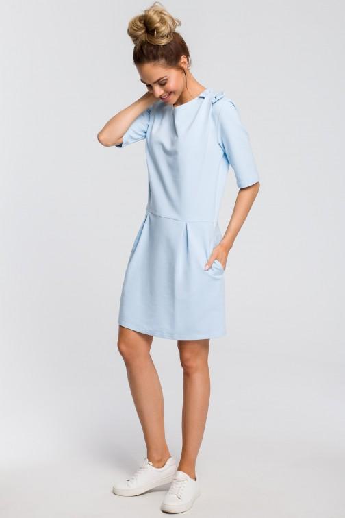 CM4103 Prosta sukienka z kokardką na ramieniu - błękitna OUTLET