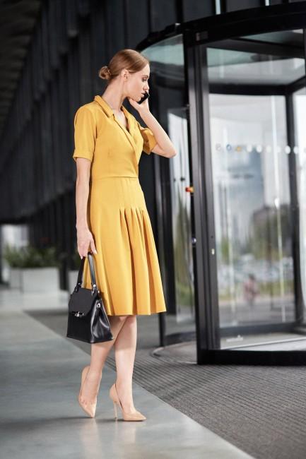 Trapezowa sukienka midi z kołnierzem - żółta