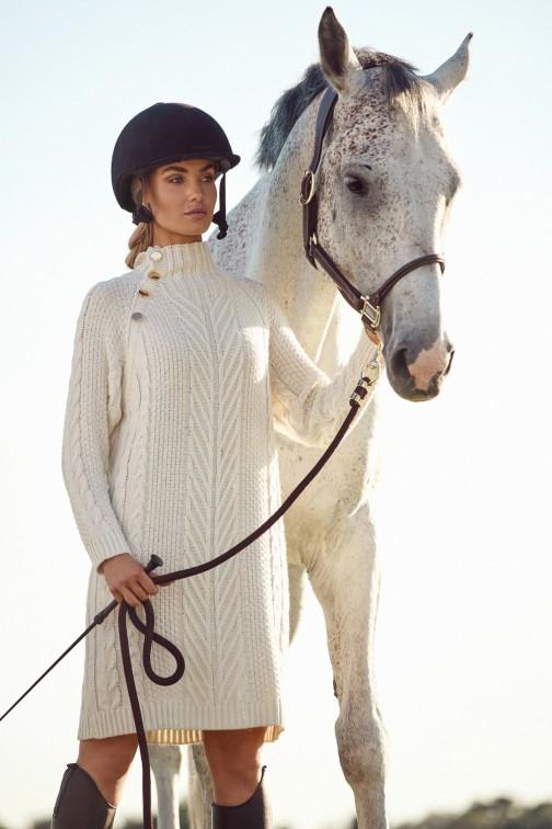 CM6252 Długi sweter - sukienka z golfem i ozdobnymi guzikami - beżowy