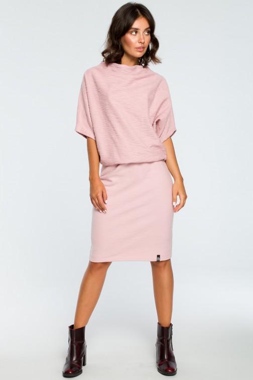 CM3994 Dopasowana sukienka z górą kimono - pudrowa