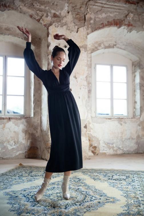 CM6277 Sukienka maxi dopasowana w talii z dekoltem V - czarna