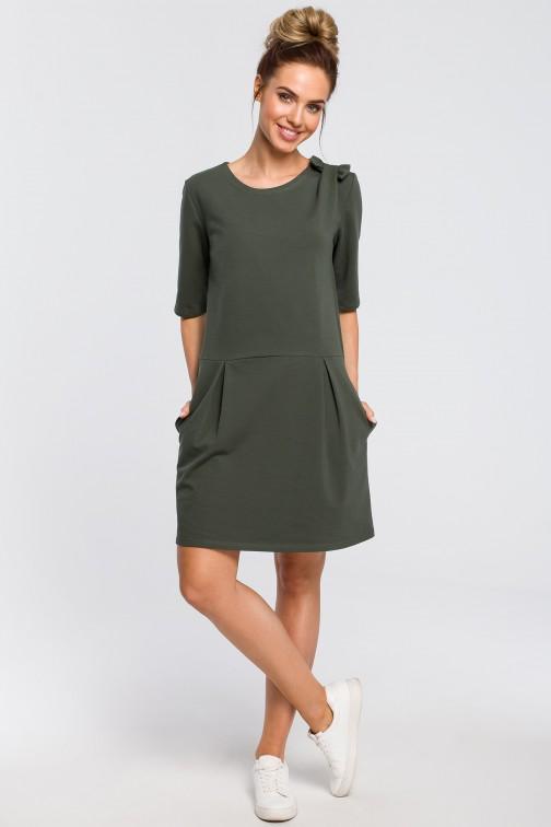 CM4103 Prosta sukienka z kokardką na ramieniu - militarno-zielona